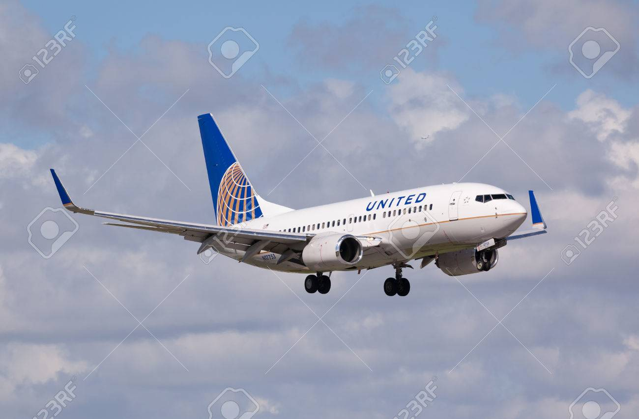 FORT LAUDERDALE - Novemebr 4, 2015: A United Airlines Boeing 737 aircraft landing at the Fort LauderdaleHollywood International Airport - 50214524