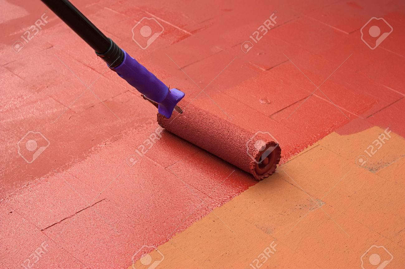 Contract Maler Malt Ein Boden, Auf Farbe Rot Für Die Abdichtung. Er ...