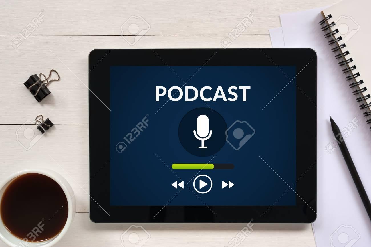 Concept de podcast sur écran de tablette avec des objets de bureau