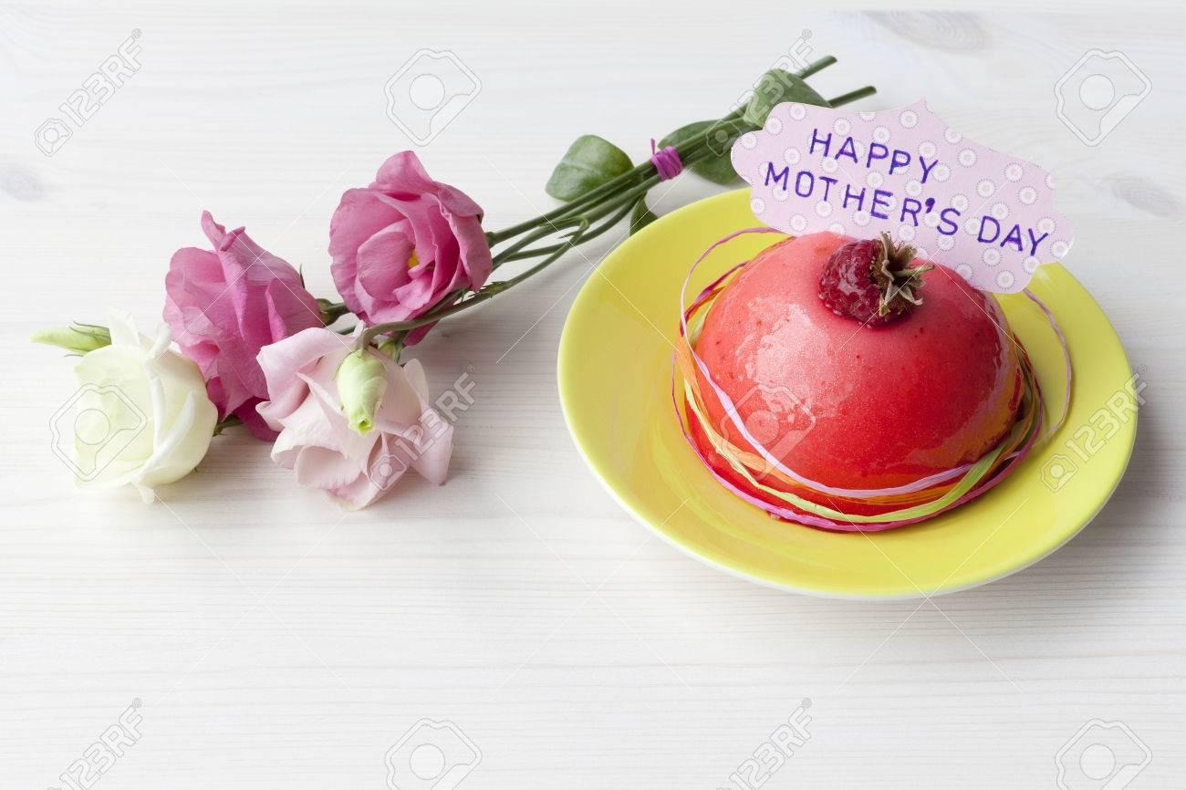 Blumen Und Ein Kleiner Kuchen Fur Muttertag Lizenzfreie Fotos