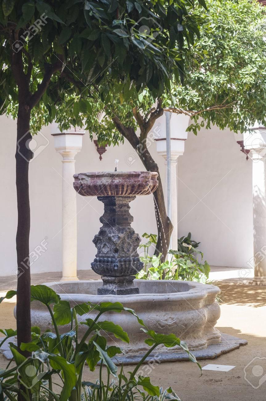 Patio Andaluz Con Jardin Y Fuente De Marmol Fotos Retratos