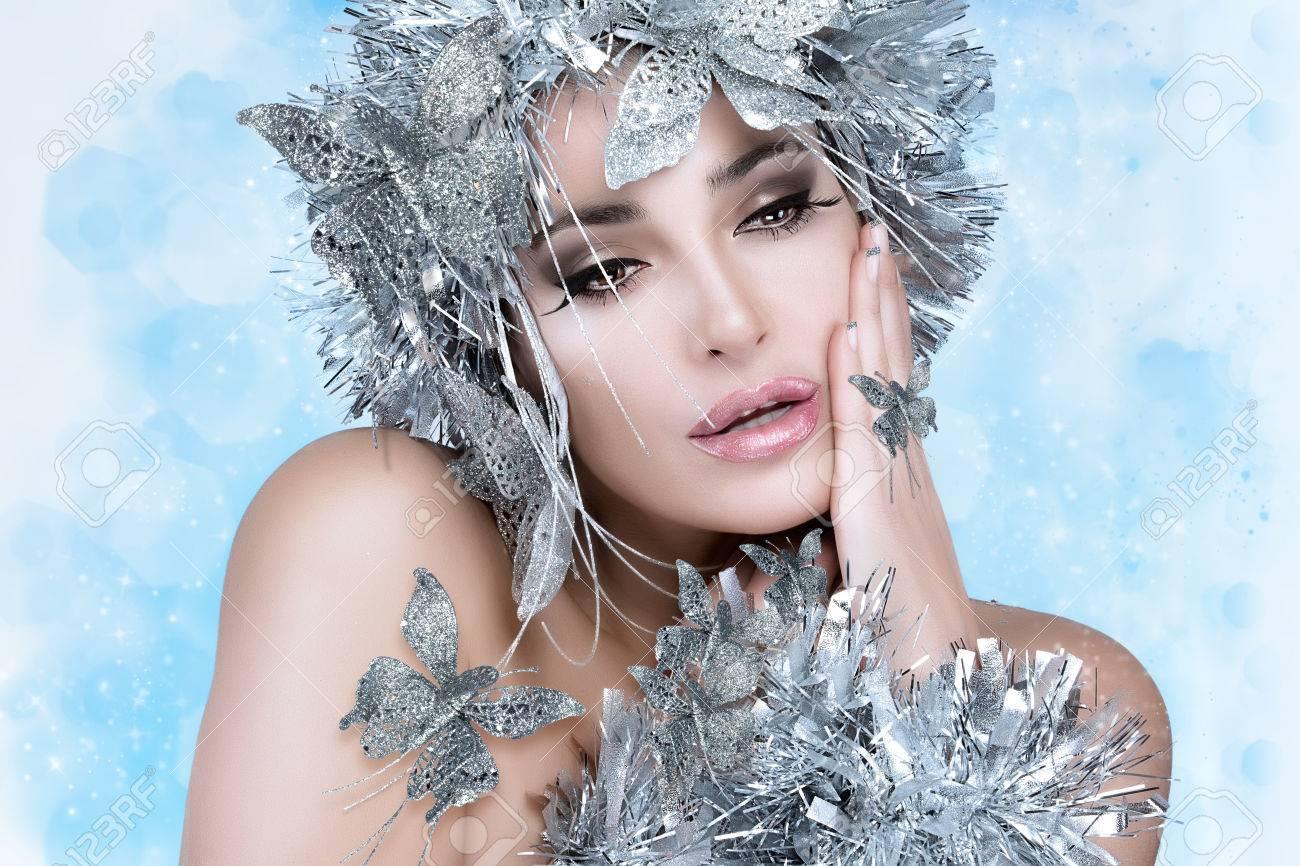 Modische Frau Mit Festlichen Make Up Manikure Und Lebendige Silber