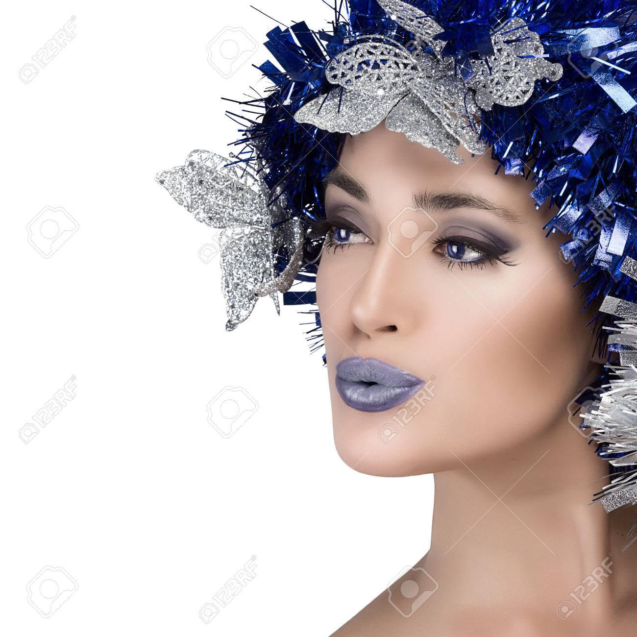 Banque d\u0027images , Beauté de Noël fille avec le maquillage de fête en bleu  et argent isolé sur fond blanc