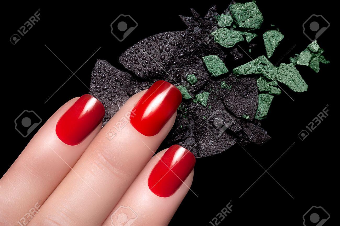 Dedos Con Unas Rojas Elegantes Y Sombra De Ojos Se Derrumbo - Manicuras-elegantes