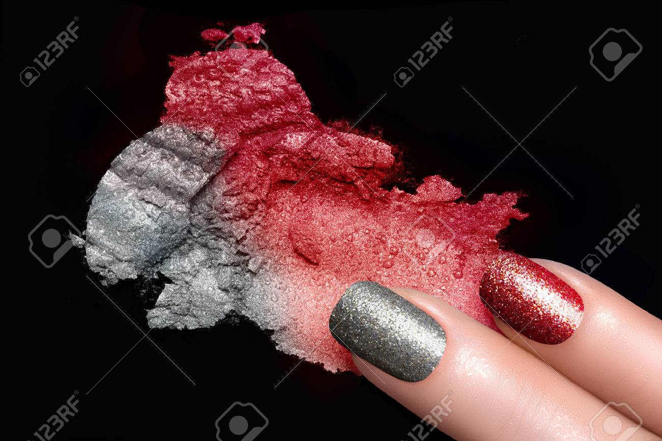 Dedos Con Uñas Purpurina Tendencia En Rojo Y Plata. Aplastado Sombra ...
