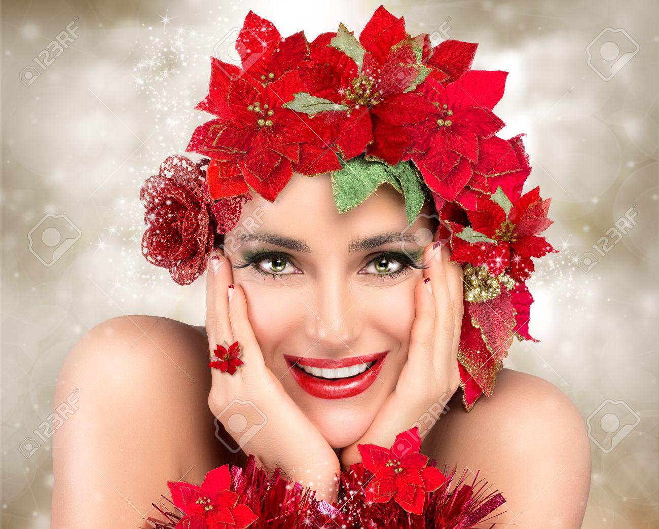 Banque d\u0027images , Enthousiaste fille de Noël. Maquillage de fête, manucure  et coiffure floral en rouge et vert. mode de beauté de Noël. Les gens  heureux
