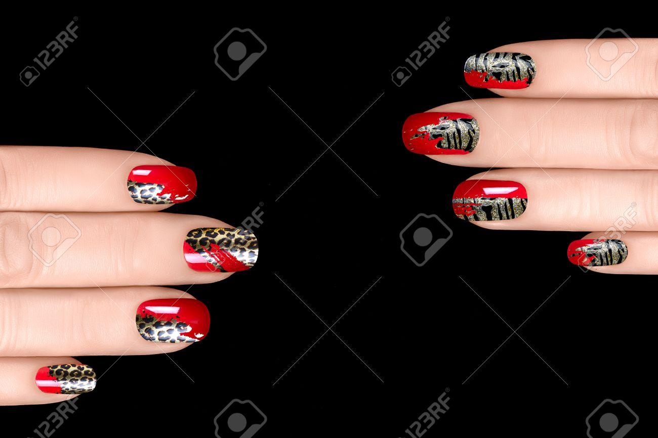 Esmalte De Uñas De Moda Con Pegatinas Animal Print Manicura Profesional Con Uñas Y Tatuaje El Concepto De Arte De Uñas Primer Plano De Manos De La