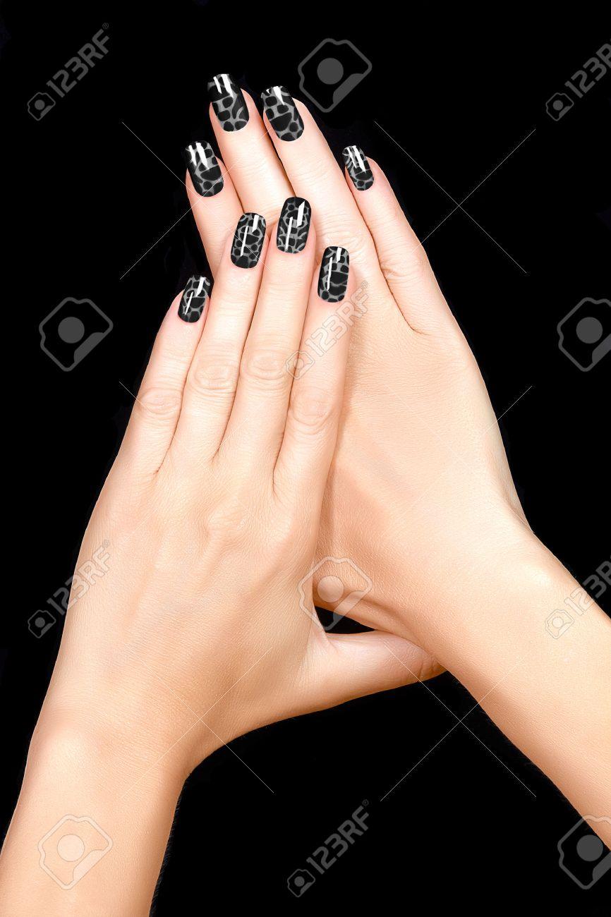 Nail Art Esmalte De Uñas Crujido De Moda En Negro Manicura Con Uñas Y Tendencia Del Tatuaje Primer Plano De Manos De La Mujer Aisladas Sobre Fondo