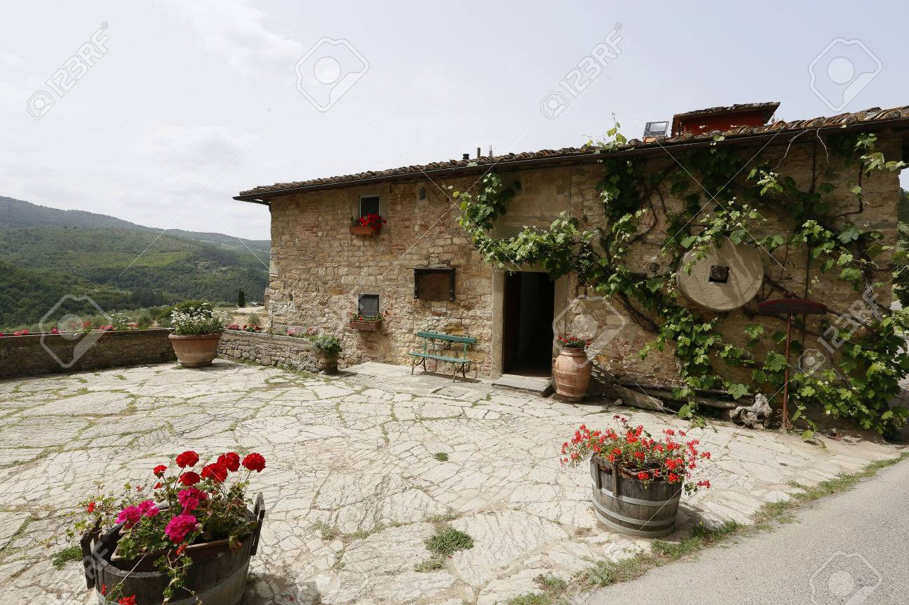 casa de campo en el paisaje rural toscana italia foto de archivo