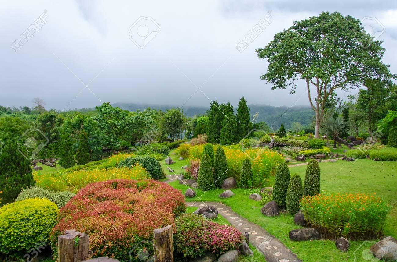Schöner Garten Von Bunten Blumen Auf Dem Hügel. Standard Bild   22395532