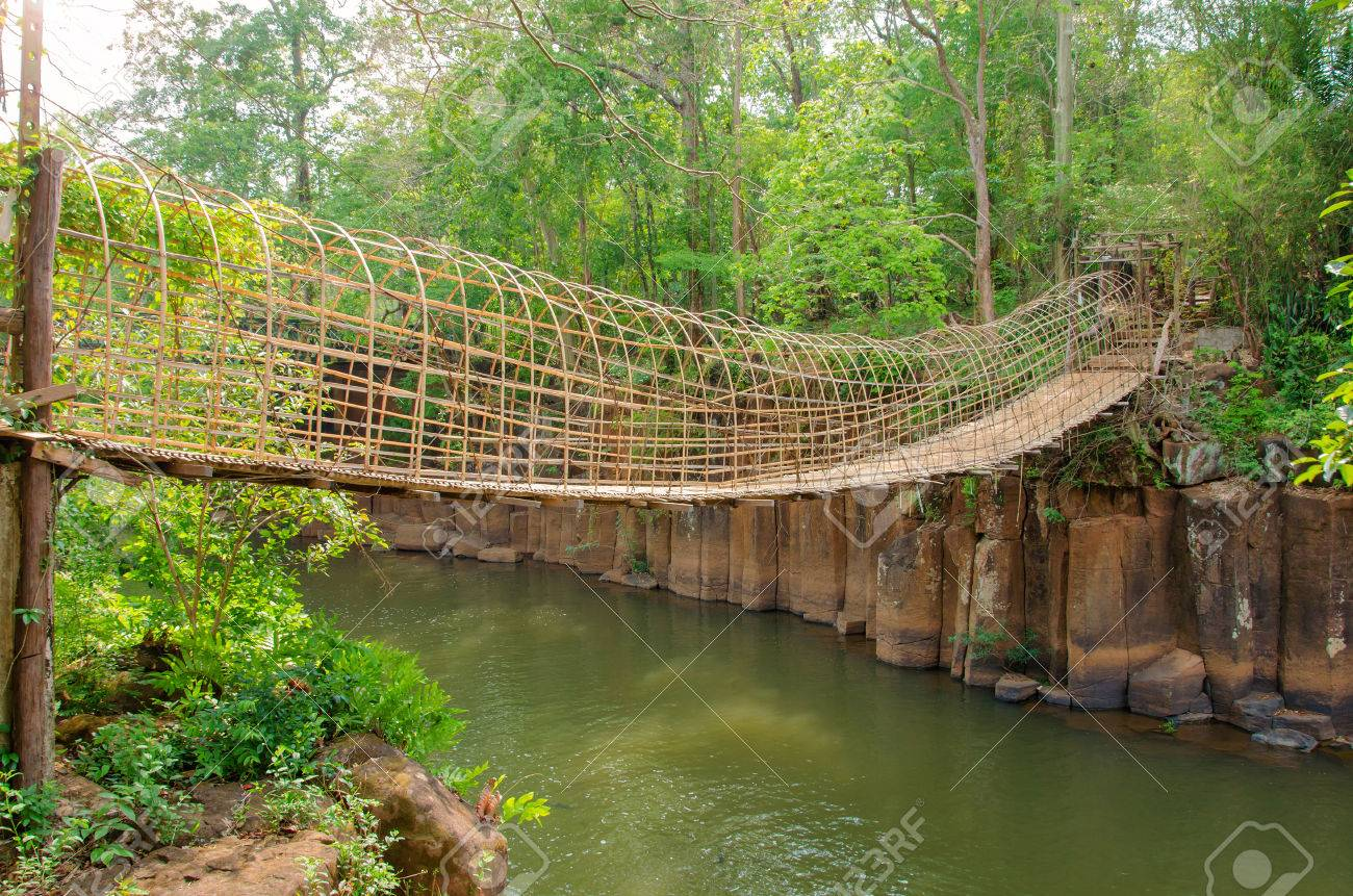Bambus Brucke Uber Den Fluss In Tad Pha Souam Wasserfall Bei Paksa