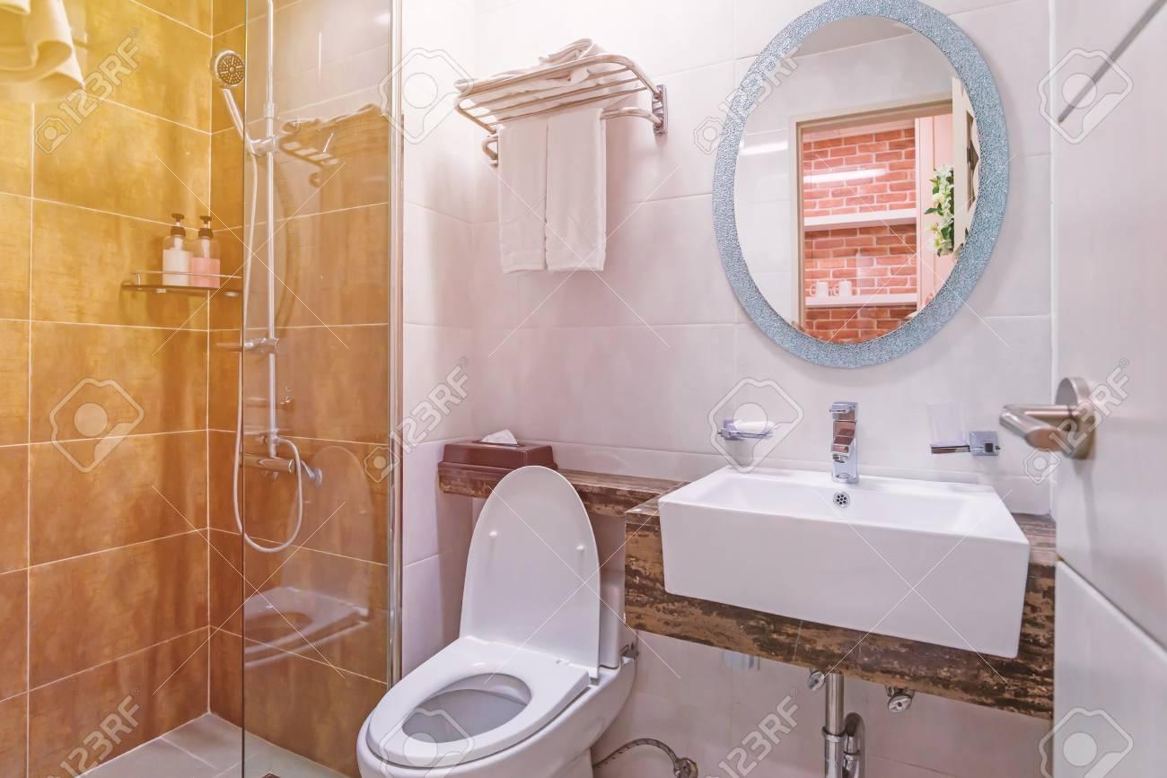 Intérieur de salle de bains et WC dans salle d\'eau moderne.