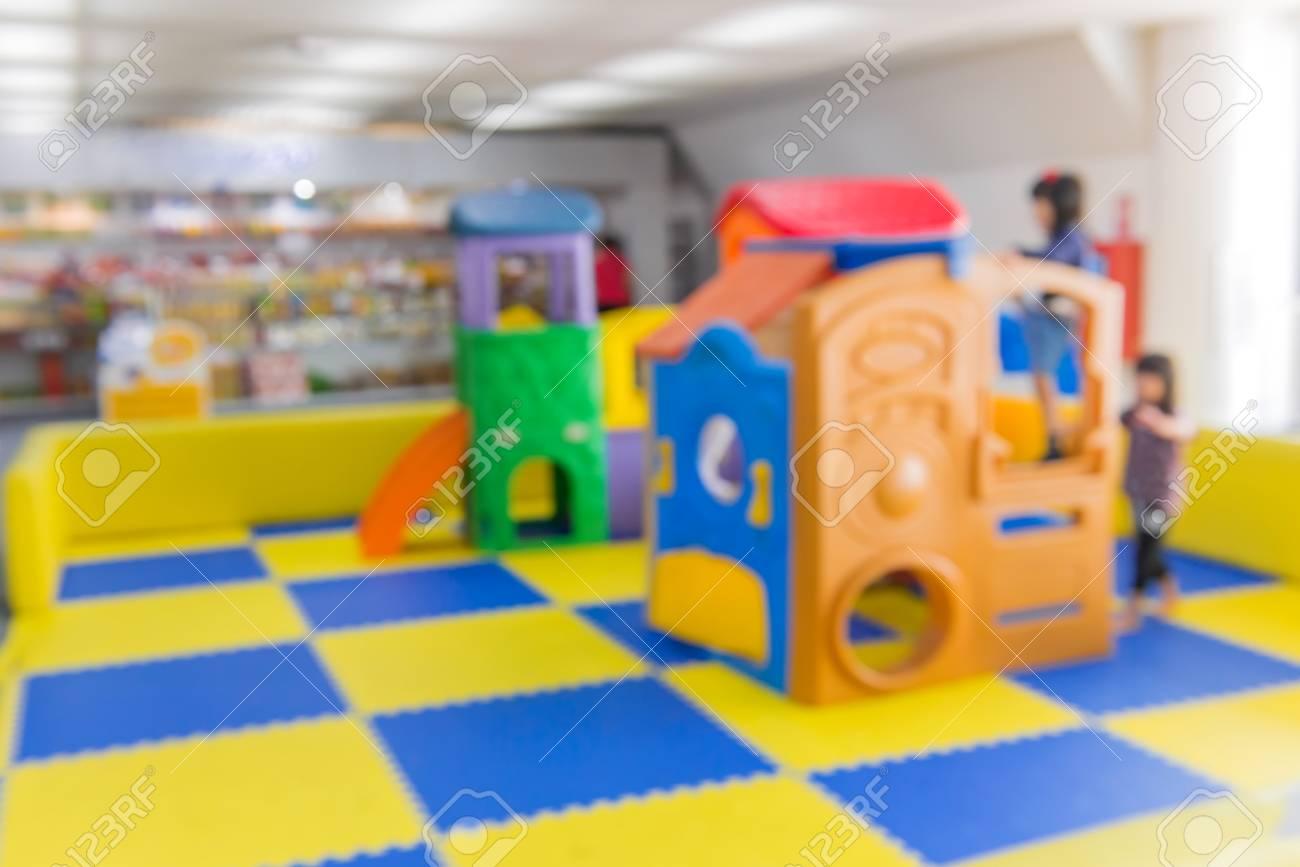 Sala Giochi Per Bambini : Immagini stock immagine sfocata di attività parco giochi per