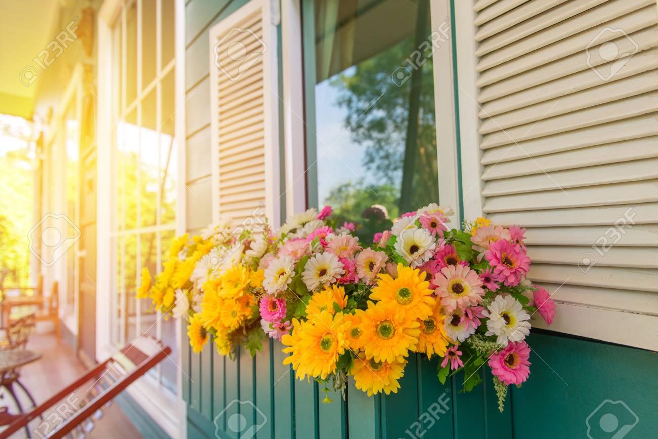 Fenster Mit Blumenkasten Und Fensterladen Zu Hause Lizenzfreie