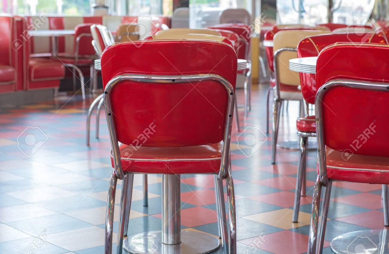 Tavoli E Sedie Stile Vintage.Tavolo Rosso E Sedie In Stile Vintage Nel Ristorante Foto Royalty