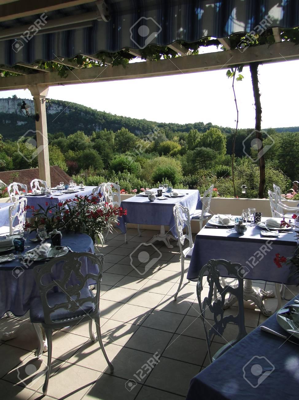 Terraza Comedor Preparado Para La Cena En El Hotel Francés En ...