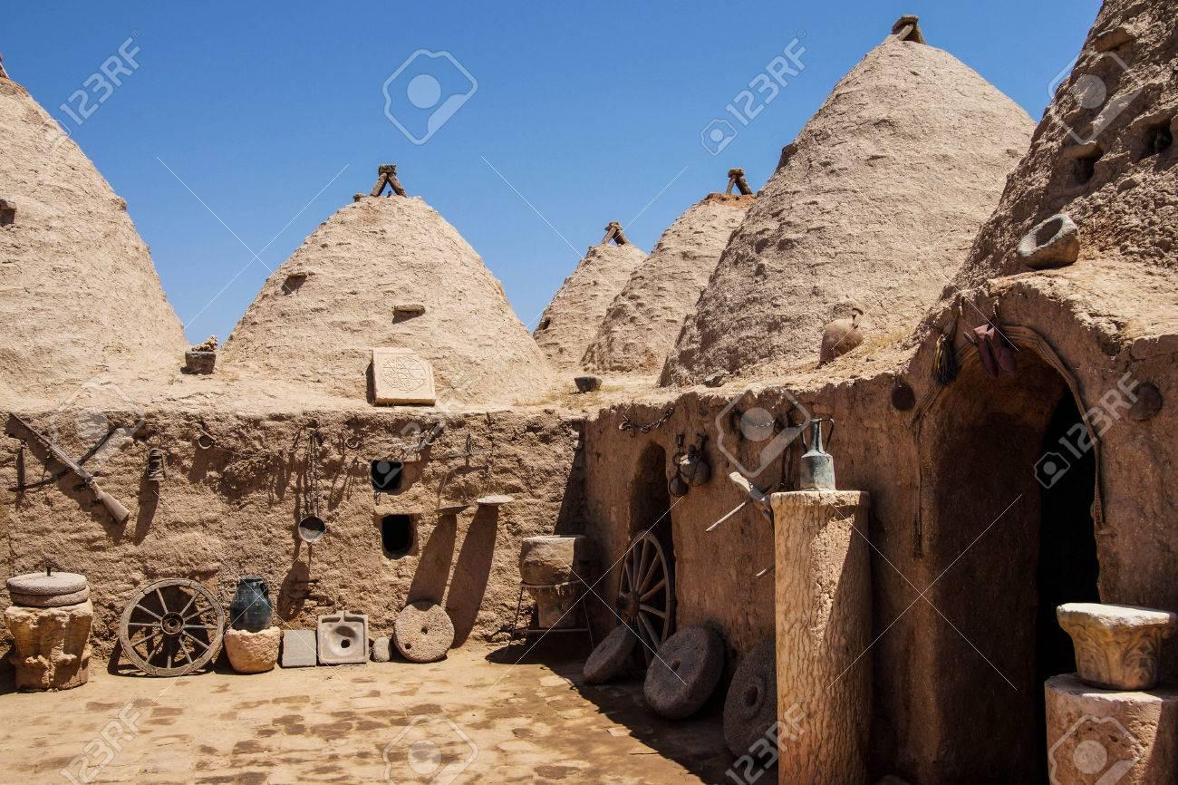 Case Di Mattoni Di Fango : Tradizionali alveare case di mattoni di fango con attrezzi agricoli