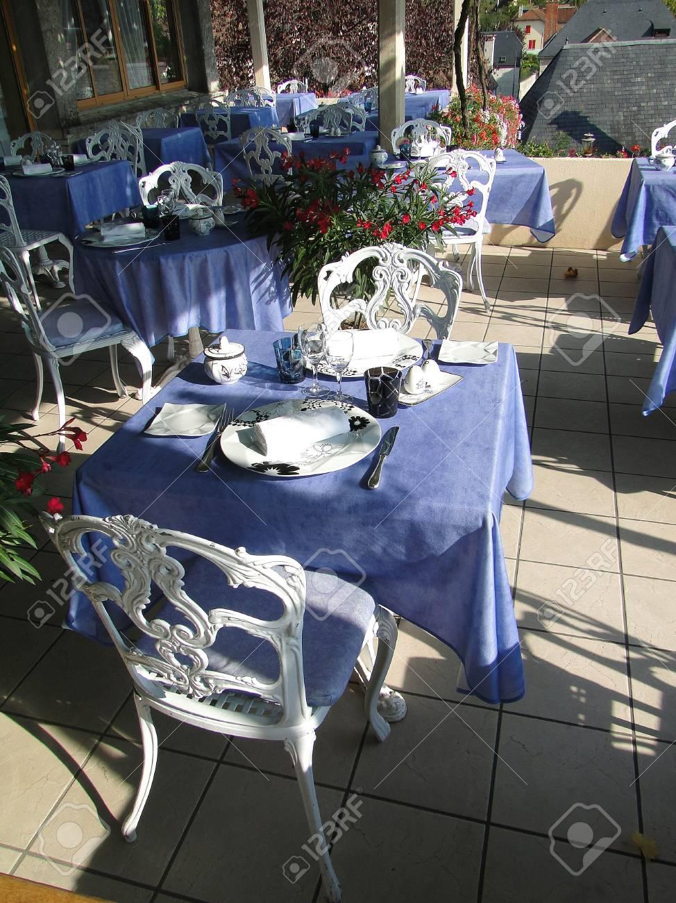 Terraza Del Comedor Preparada Para La Cena En Hotel Francés En ...