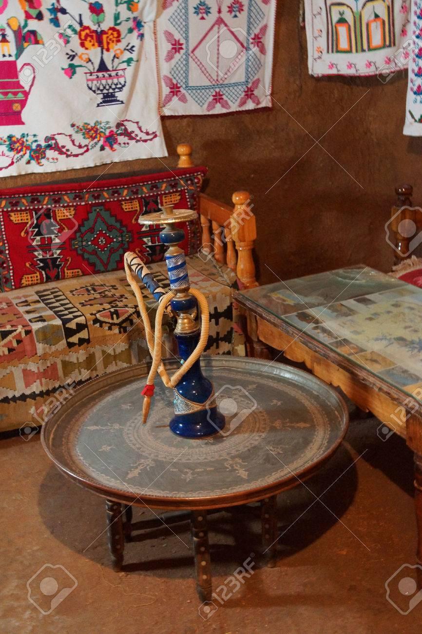 Nargila Huka Und Couch Im Inneren Traditionellen Bienenstock Häuser ...