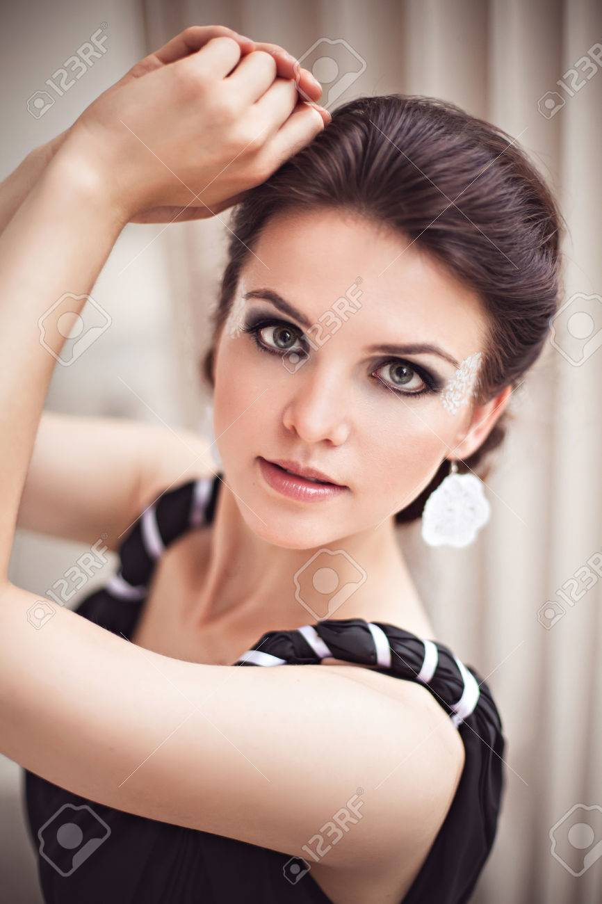 Hermosa Joven En Un Vestido Negro Largo Con Maquillaje De Fantasía