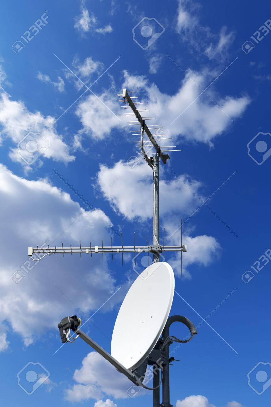 une antenne parabolique et deux antennes de télévision avec un beau