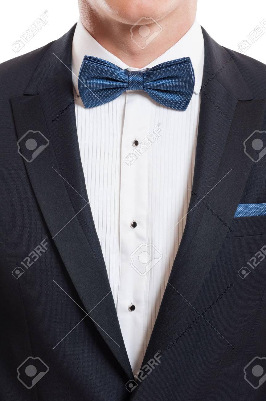 Primer con el elegante traje de diseñador, camisa blanca, corbata azul y arco azul pañuelo de bolsillo