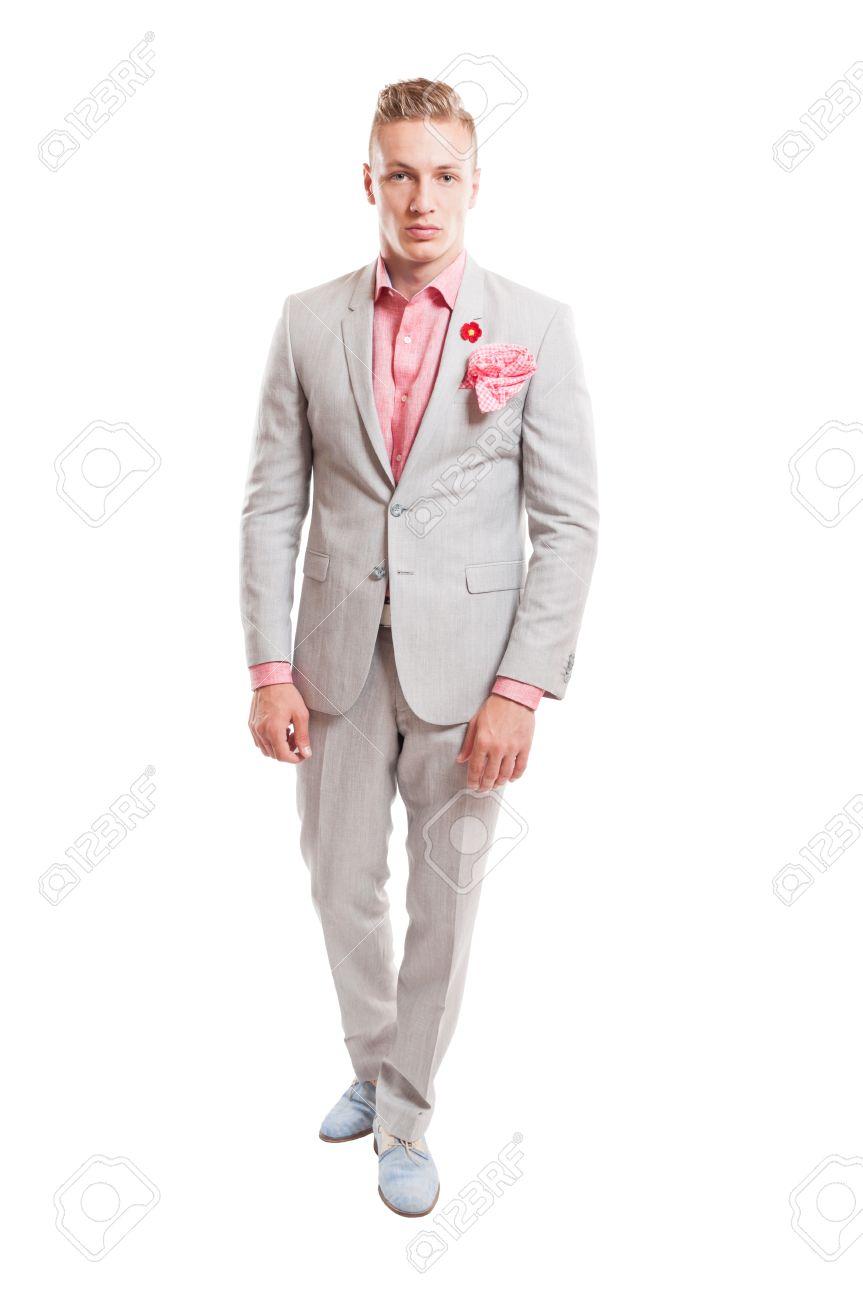 Foto de archivo modelo masculino elegante que desgasta elegante traje gris  claro con camisa rosa pañuelo 46bc095470b