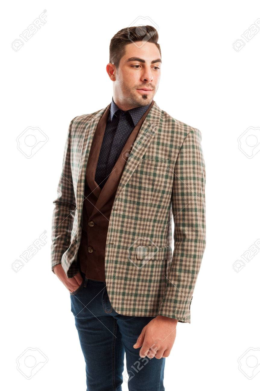 48aae08b34 Modello maschile indossando abiti casual ma elegante retrò su sfondo bianco  studio