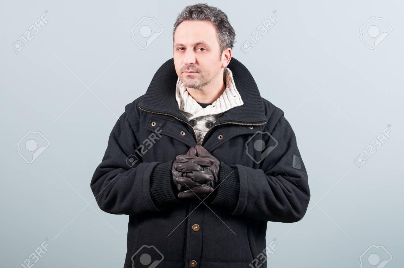 63d977aa8e Banque d'images - Homme élégant de porter des vêtements d'hiver et des  gants en cuir sur fond gris