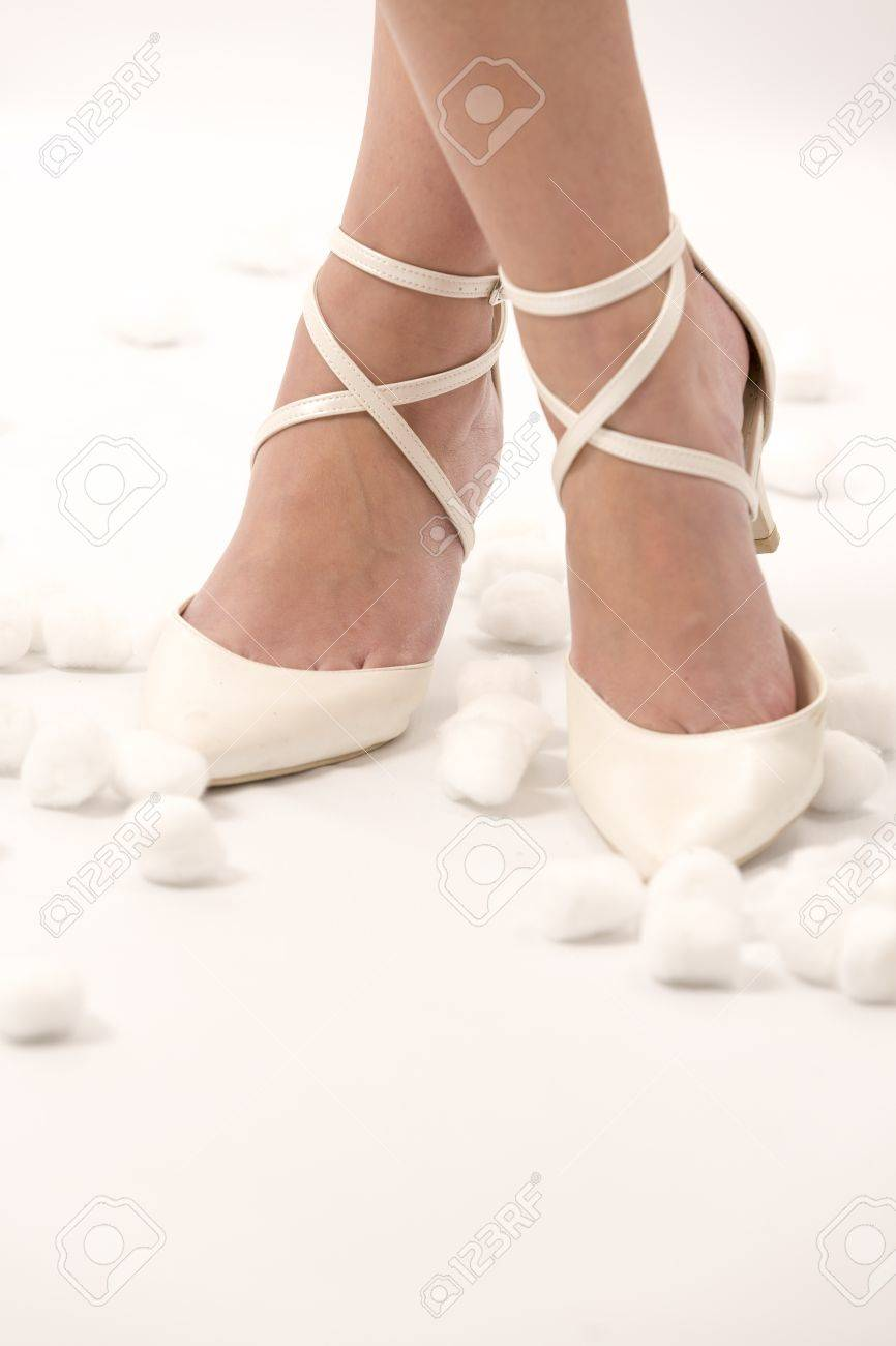 6219ff18f Foto de archivo - Mujer de la boda zapatos blancos aniversario piernas de  algodón celebración un solo año