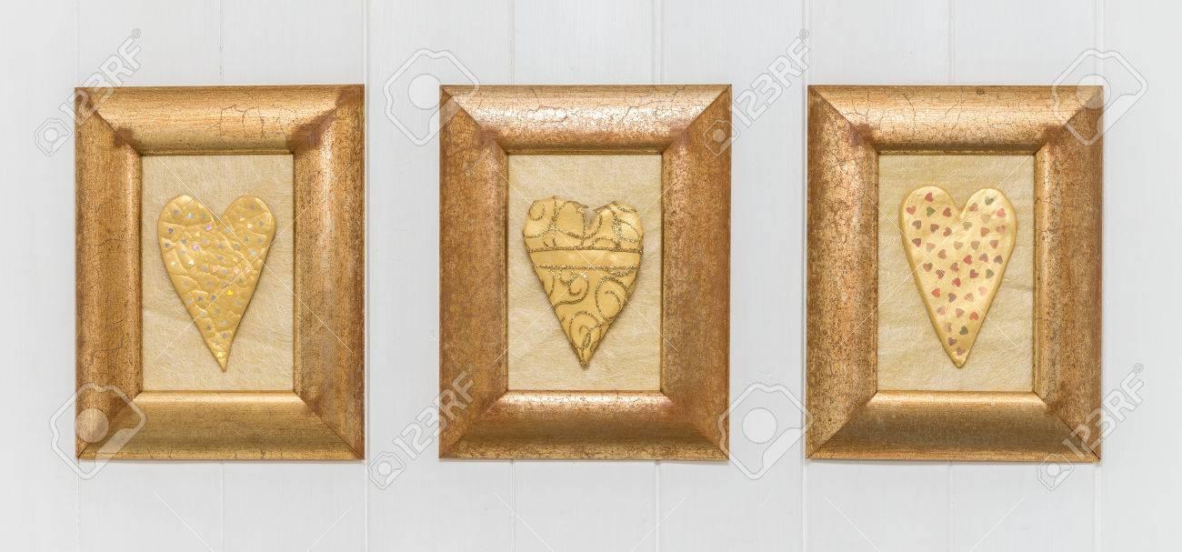 Gold Herzen In Rahmen Auf Einem Weißen Hölzernen Hintergrund ...