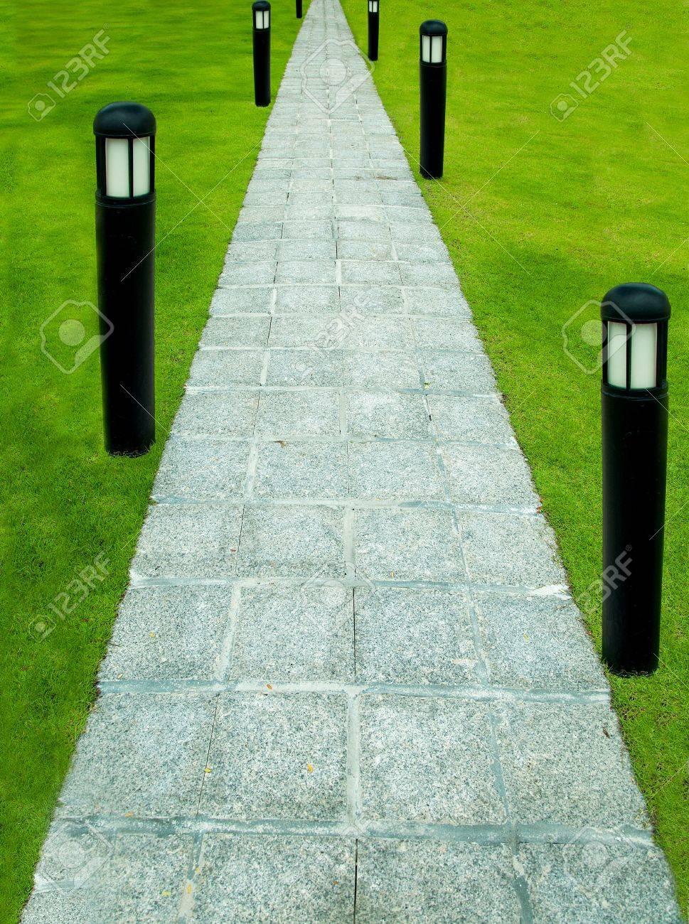 Le Chemin A Pied Pierre Bloc Avec Lampe De Jardin Sur Fond D Herbe