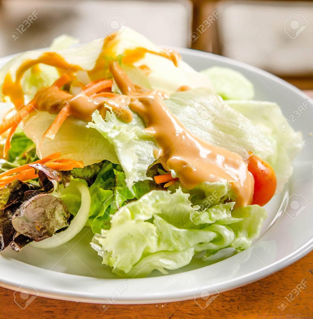 Salat Aus Frischem Gemüse Mit Thousand Island Dressing Lizenzfreie