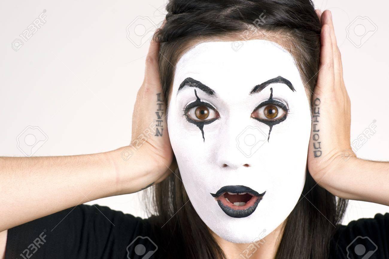 Frau Hergerichtet Weißes Gesicht Rahmen Ihrer Züge Mit Ihren Händen ...