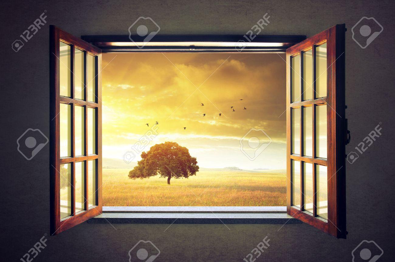 Offenes fenster himmel  Mit Blick Ein Offenes Fenster Auf Einem Sonnigen Frühling ...