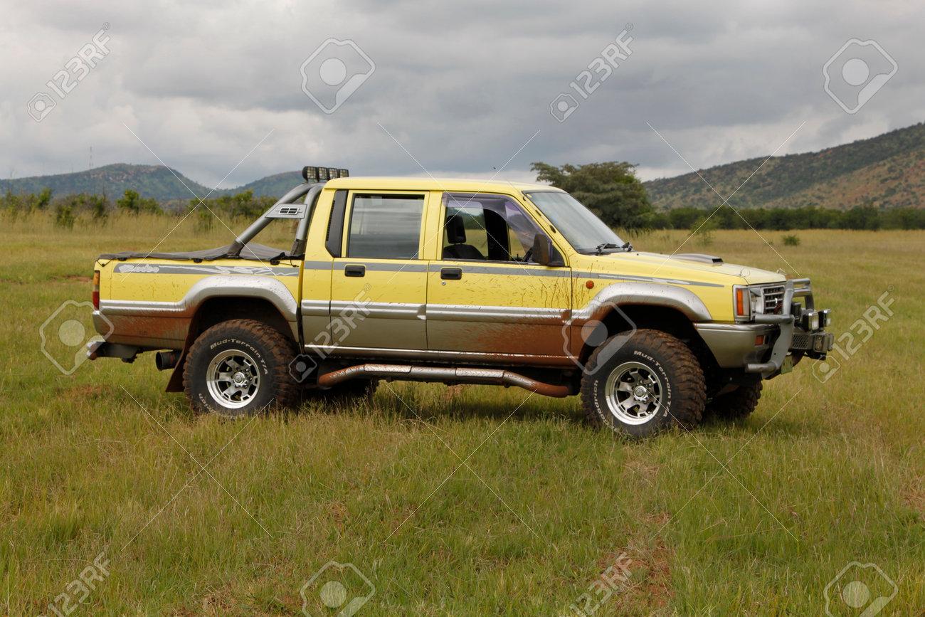 bafokeng - 8. märz: yellow mitsubishi colt rodeo twin cab bei