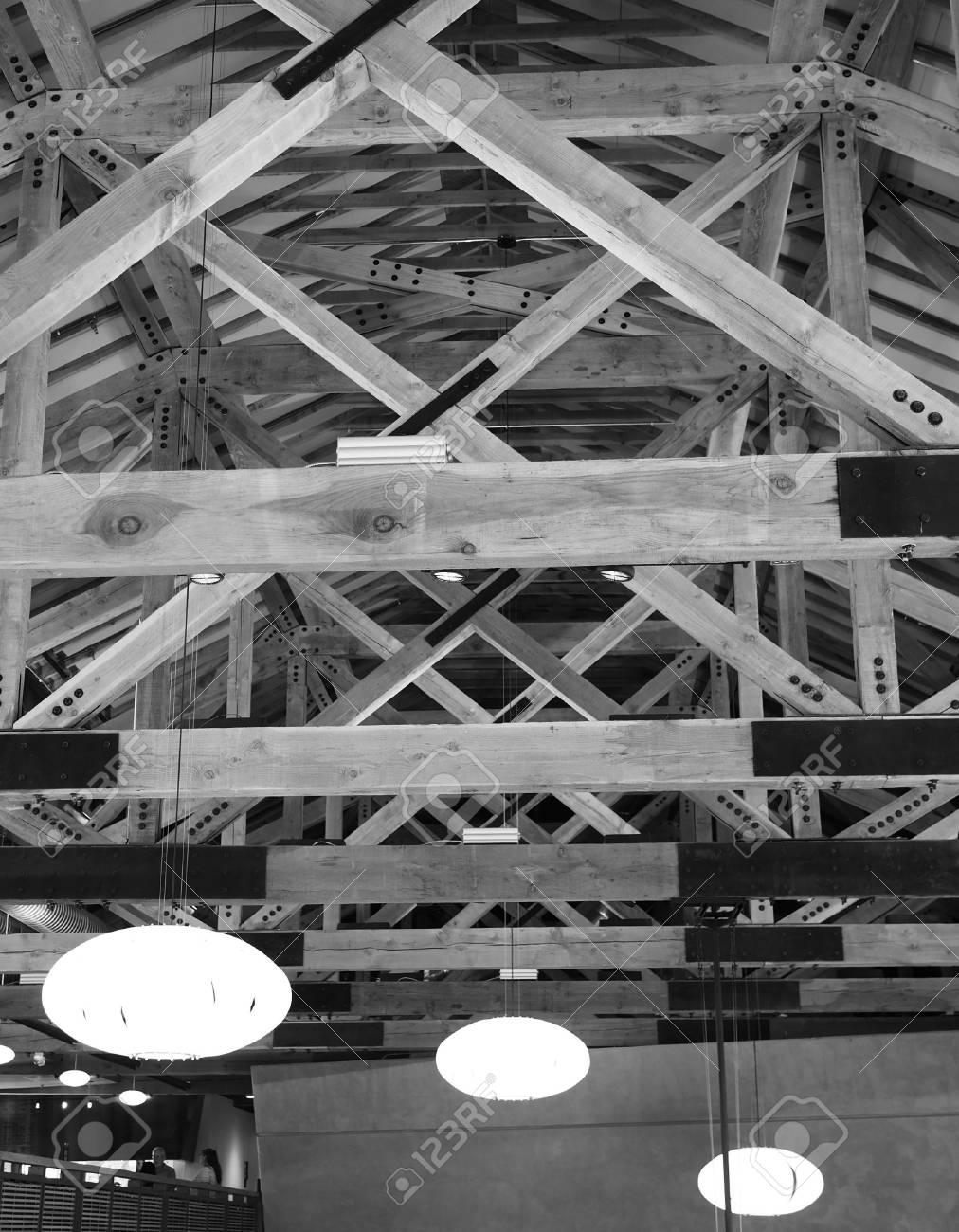 Poutres Apparentes Au Plafond Avec Trois Lumieres En Noir Et Blanc