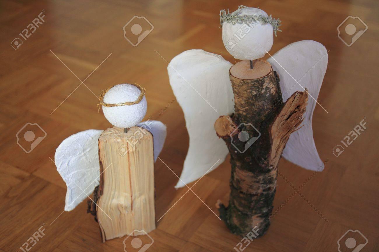 Schöne Weihnachtsdekoration Aus Holz, Ein Hölzerner Engel Lizenzfreie  Bilder   11976766