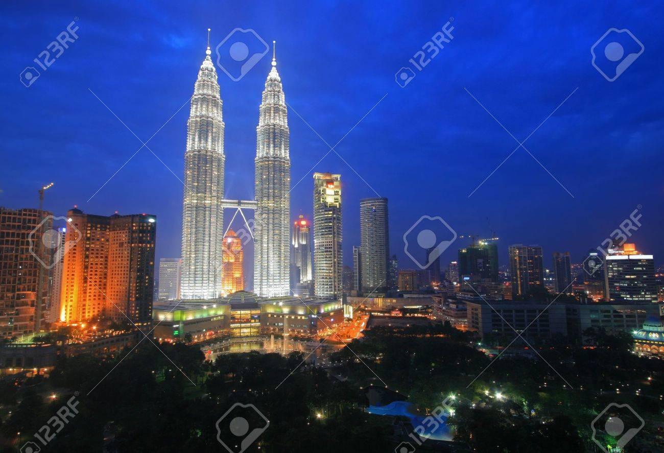 Twin Towers and the Kuala Lumpur skyline at dusk, Malaysia Stock Photo - 3352977