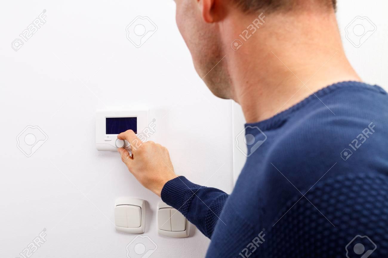 Temperatur Wohnzimmer | Manner Regeln Temperatur Auf Dem Bedienfeld Der Zentralheizung An