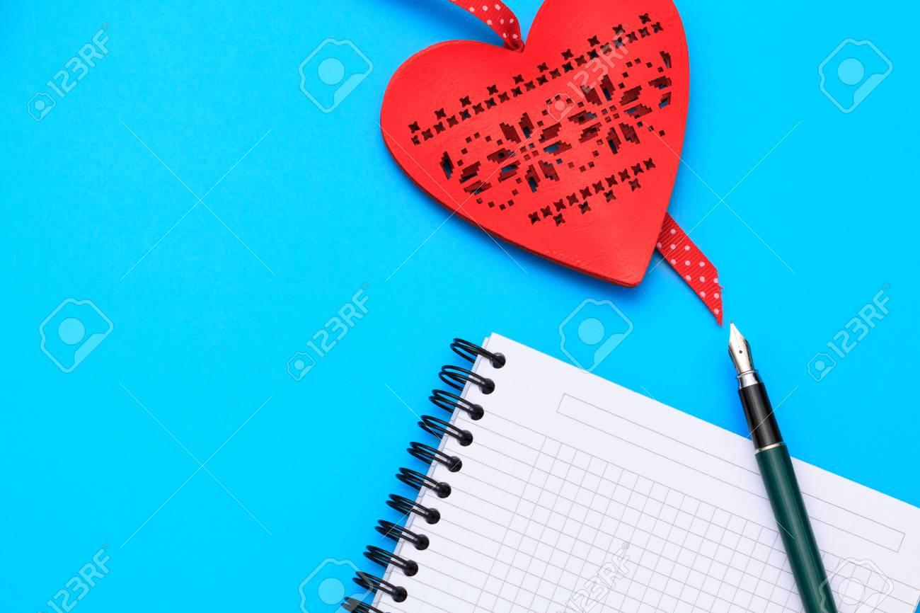 Flache Lage Valentine Szene Mit Leeren Notebook, Herz, Stift Und ...
