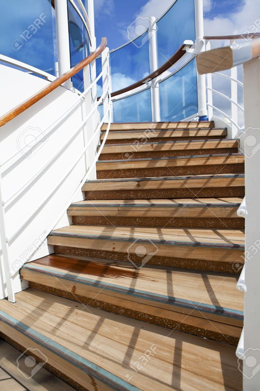 escaleras de madera para arriba en solrium del barco de cruceros en un da soleado