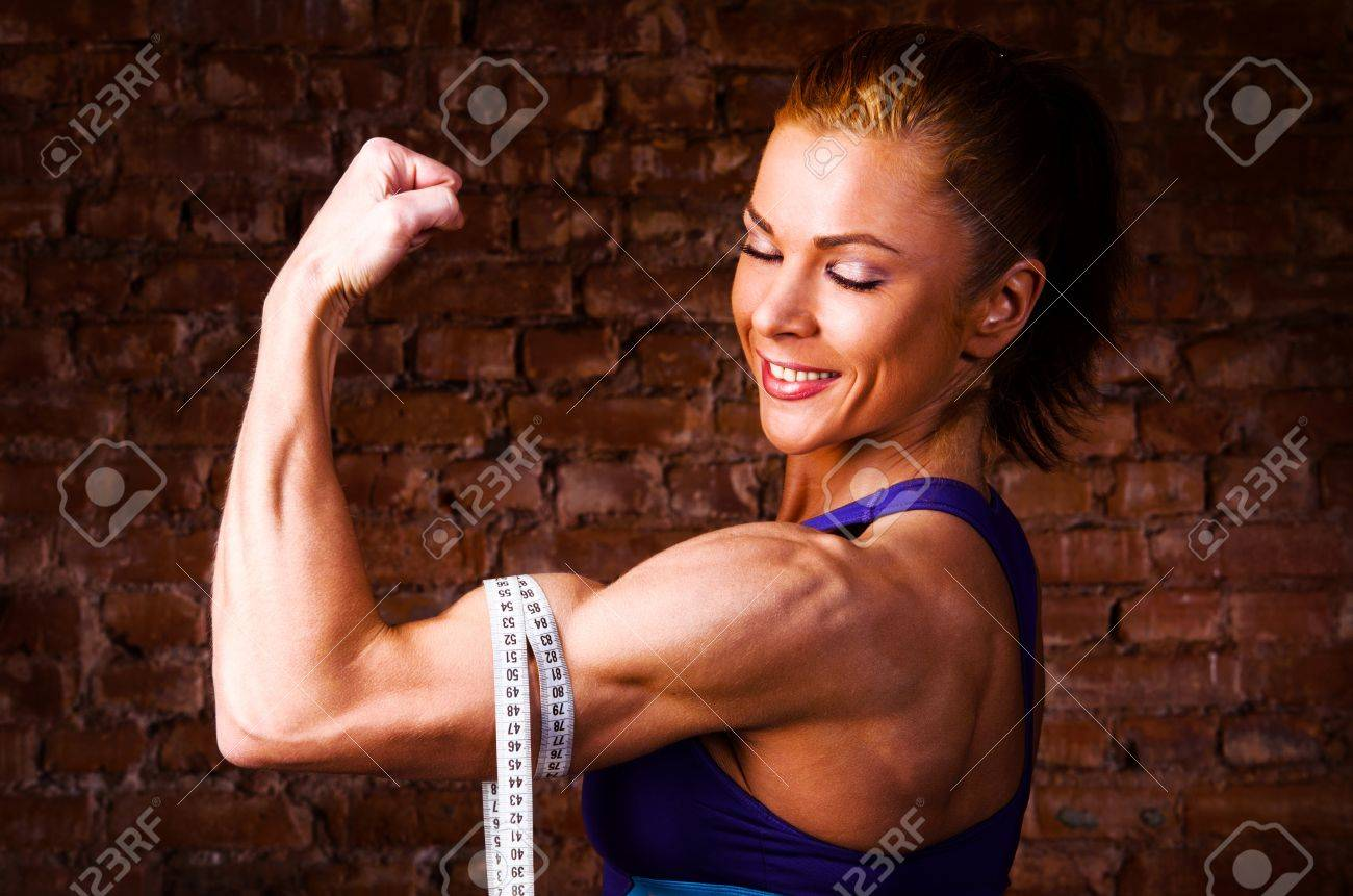 19671876-femme-forte-est-la-mesure-de-ses-biceps-Banque-d'images.jpg