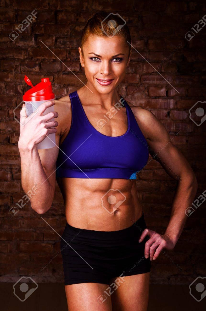 Exceptionnel Femme Forte Avec La Nutrition Sportive Banque D'Images Et Photos  YN23