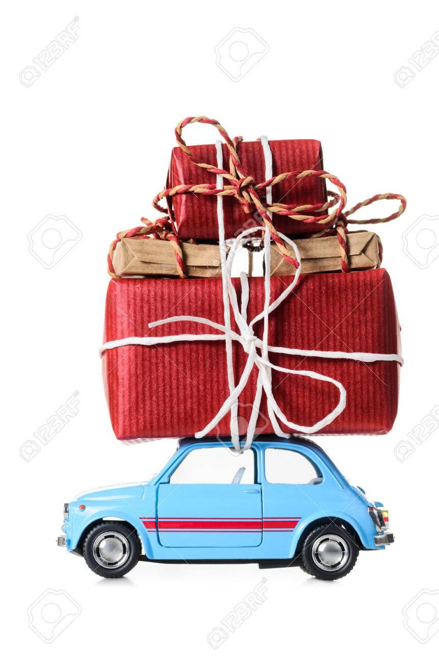 Voiture Sur Jouet Du De AnIsolé Offrant Des Bleue Nouvel Cadeaux Blanc Rétro Ou Noël 2beDEH9YWI