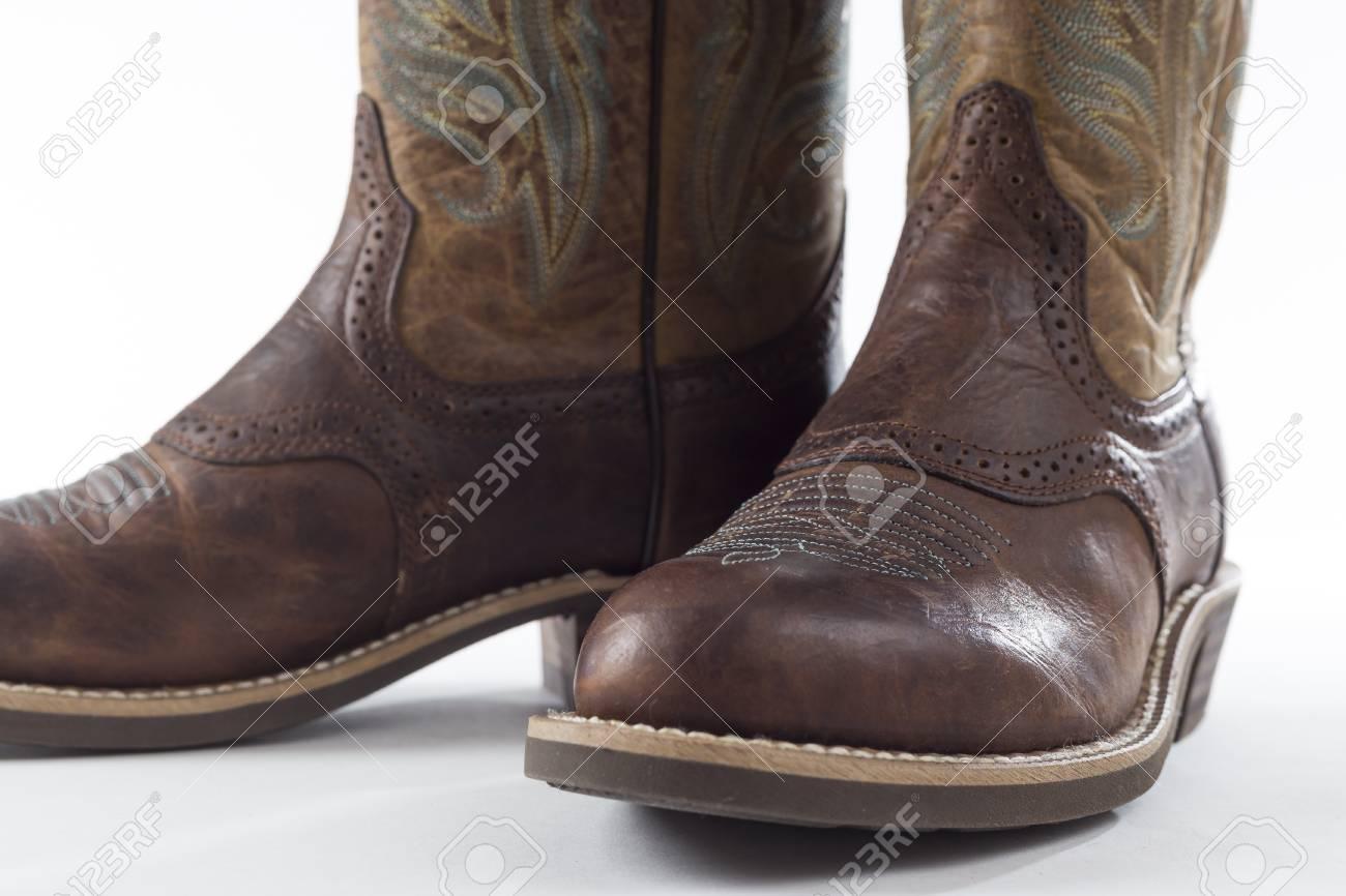 Banque d\u0027images , TORONTO, CANADA , 5 février 2016 la marque Ariat de  cow,boy en cuir bottes pour femmes dans un éditorial d\u0027illustration sur  fond clair