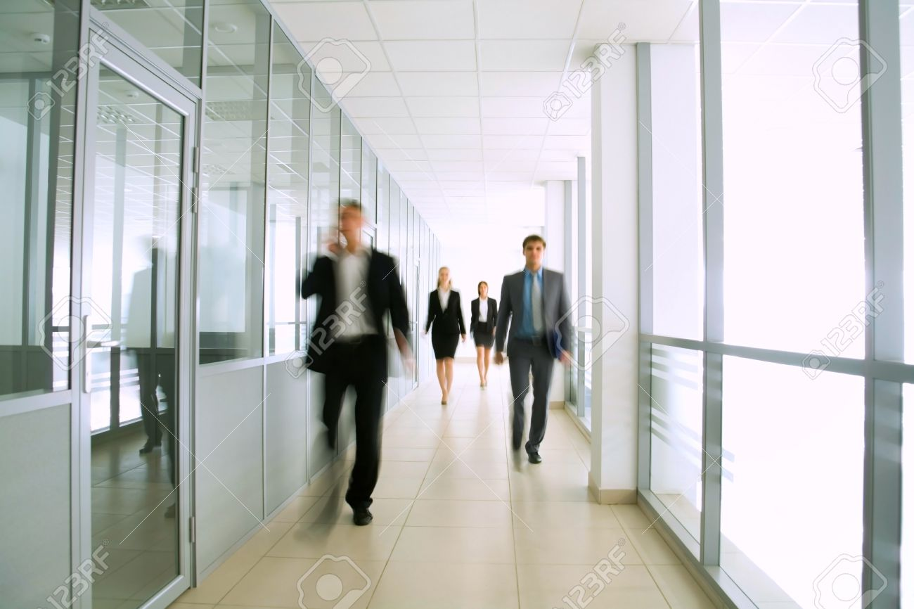 Business Menschen Zu Fuss Im Buro Flur Lizenzfreie Fotos Bilder Und