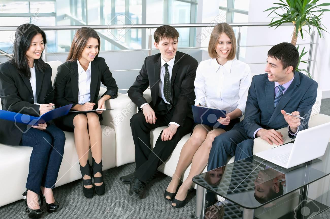 Un groupe de gens d affaires analysé et discuté lors d une réunion