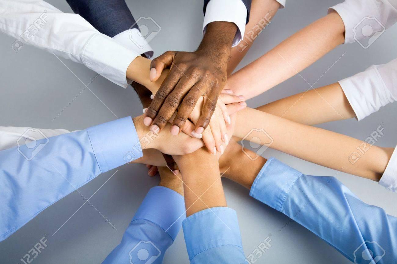 一緒に自分の手で団結を示す国際事業チーム の写真素材・画像素材 ...