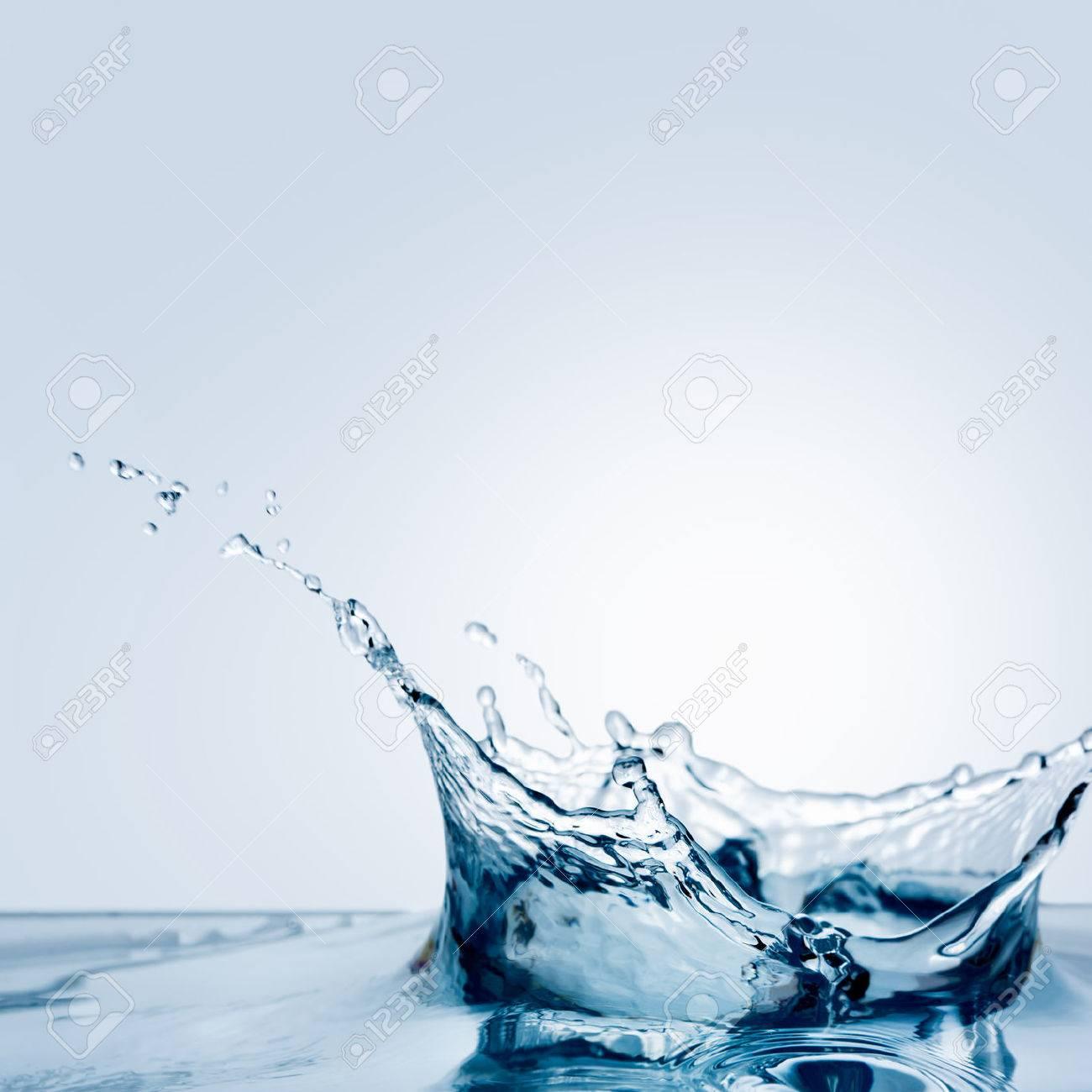 Beautiful splash of water falling from a slice of lemon Stock Photo - 22254706